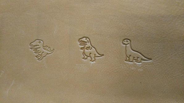 革に恐竜の刻印
