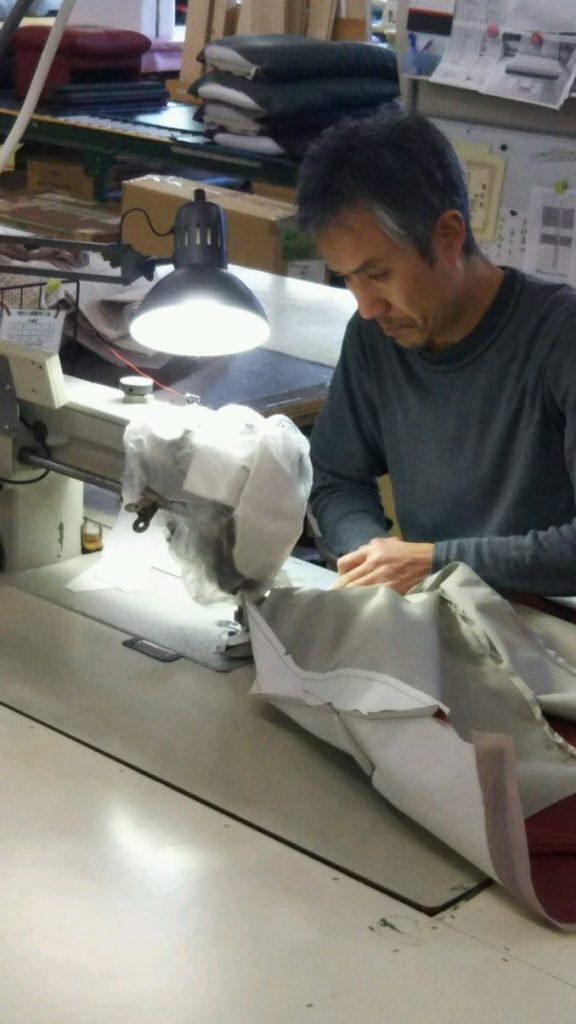 ソファの縫製作業