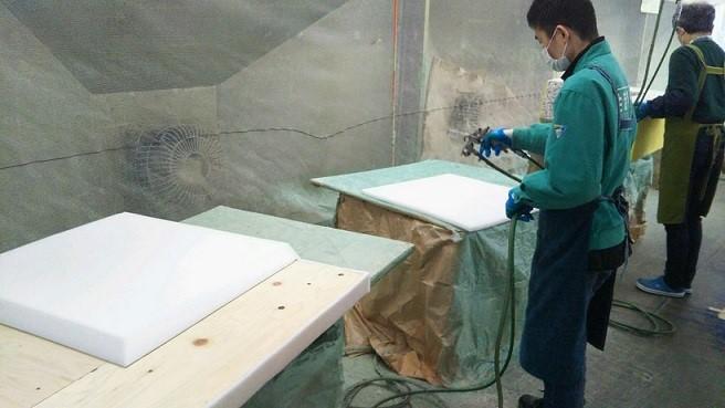 ソファのウレタン貼り付け工程