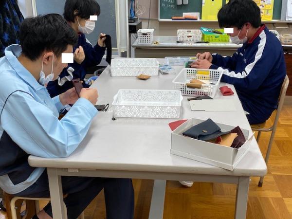 学校で革を使った体験授業